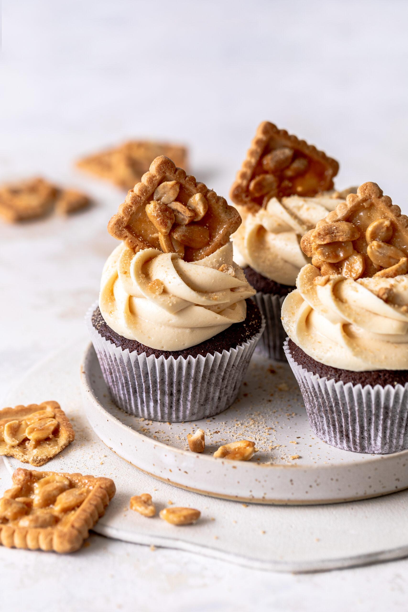 Erdnuss-Schoko-Cupcakes aus dem Besser Backen Ebook mit Emma. Grundrezepte, Techniken, Tipps und Tricks. Backen kann so einfach sein. Emmas Lieblingsstücke
